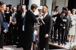 Shepard receives medal, 1961.jpg