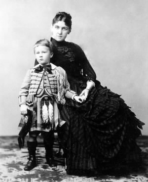 488px-Franklin_Delano_Roosevelt_with_his_mother_Sara,_1887.jpg