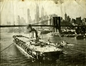 USS Franklin D. Roosevelt and the Brooklyn Bridge.jpg
